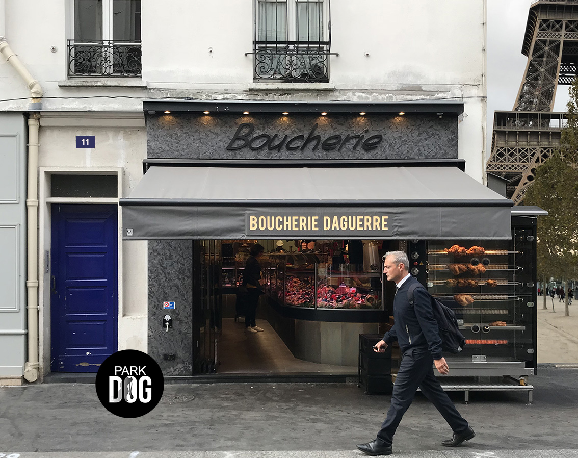 Parking chien, attache chien devant la boulangerie