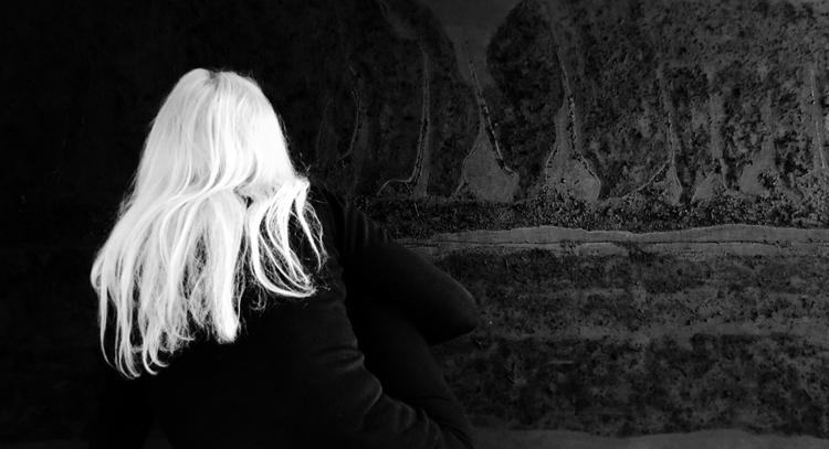 L'artiste plasticienne DomiH s'inscrit dans cette tradition du noir à laquelle appartiennent aujourd'hui des peintres comme Pierre Soulages et Richard Serra.