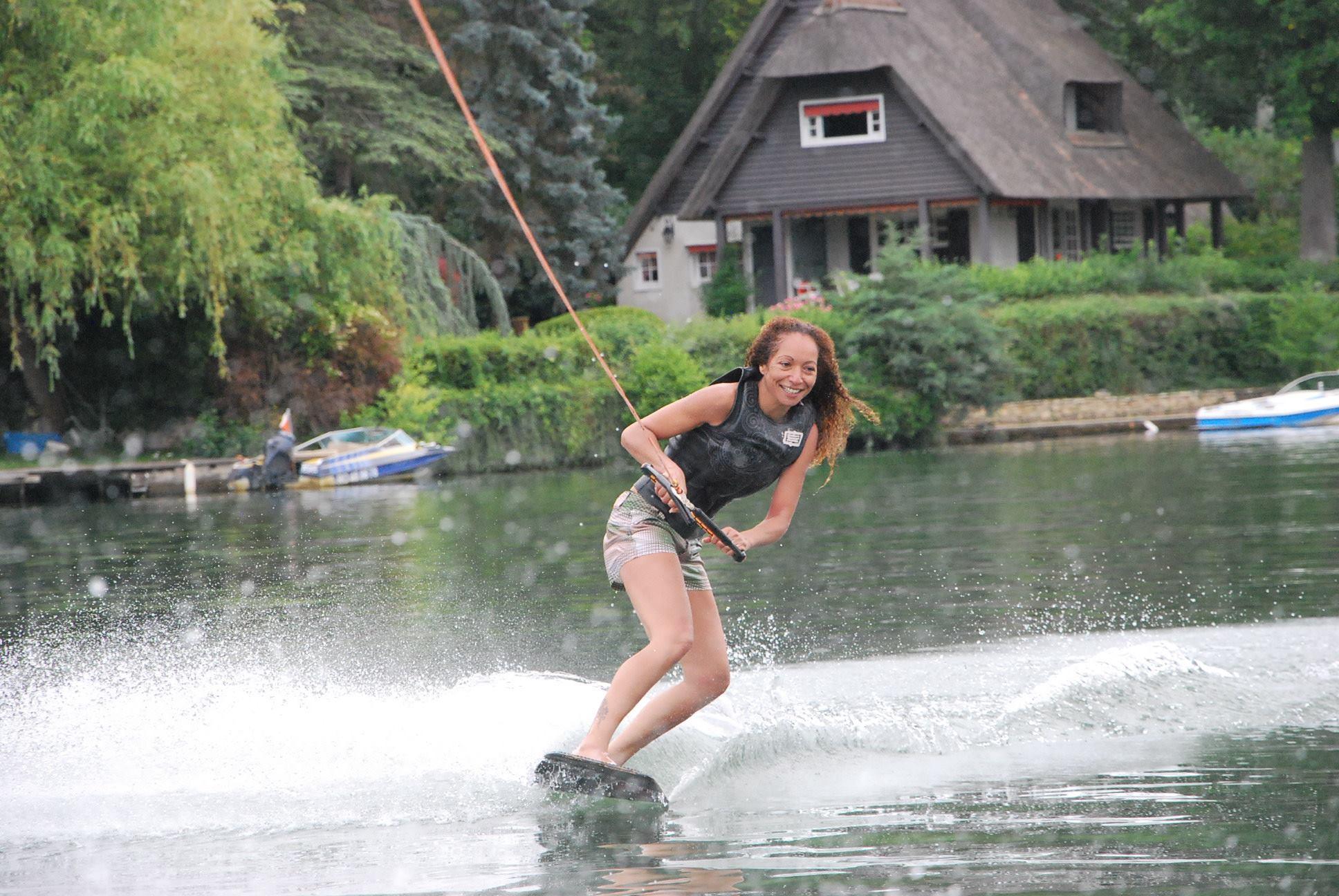 """Résultat de recherche d'images pour """"Wake Skate ou Wakeboarding femme"""""""