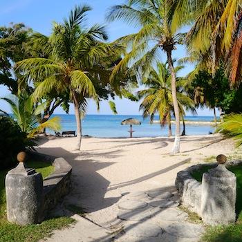 La plage de l' Anse des Rochers