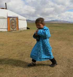 Enfant nomade de Mongolie devant la yourte familiale