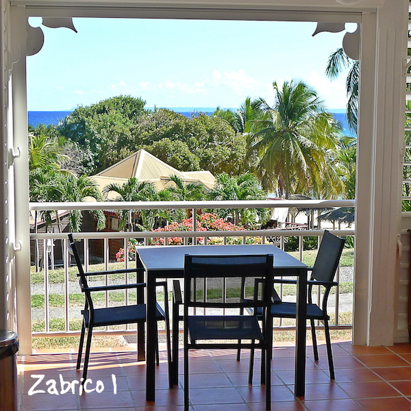 Studio Zabrico 1 à l'Anse des Rochers, à Saint-François : cuisine sur la terrasse avec vue mer , accès direct au lagon