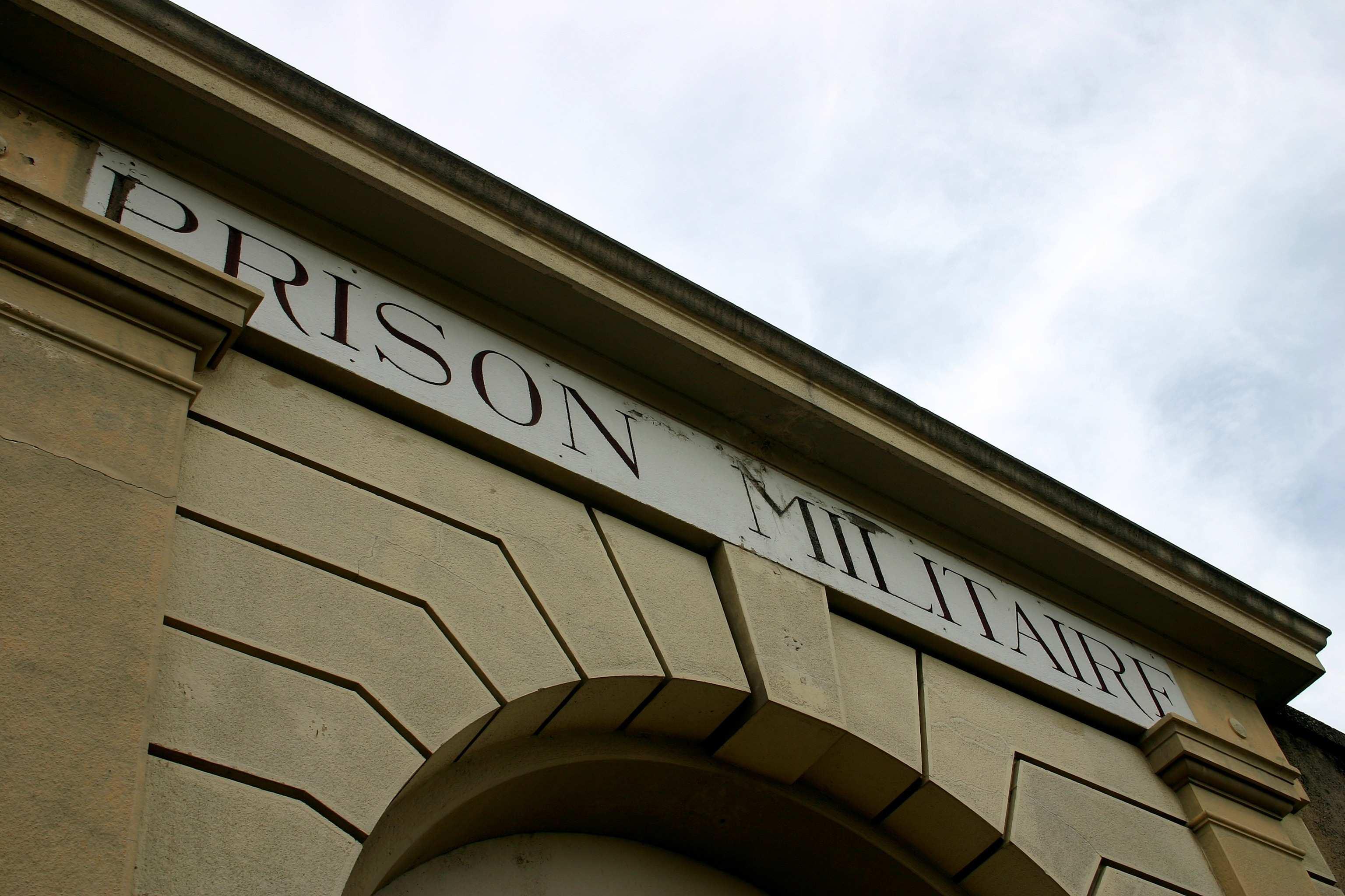 Le portail de la prison ® Frédéric Bellay