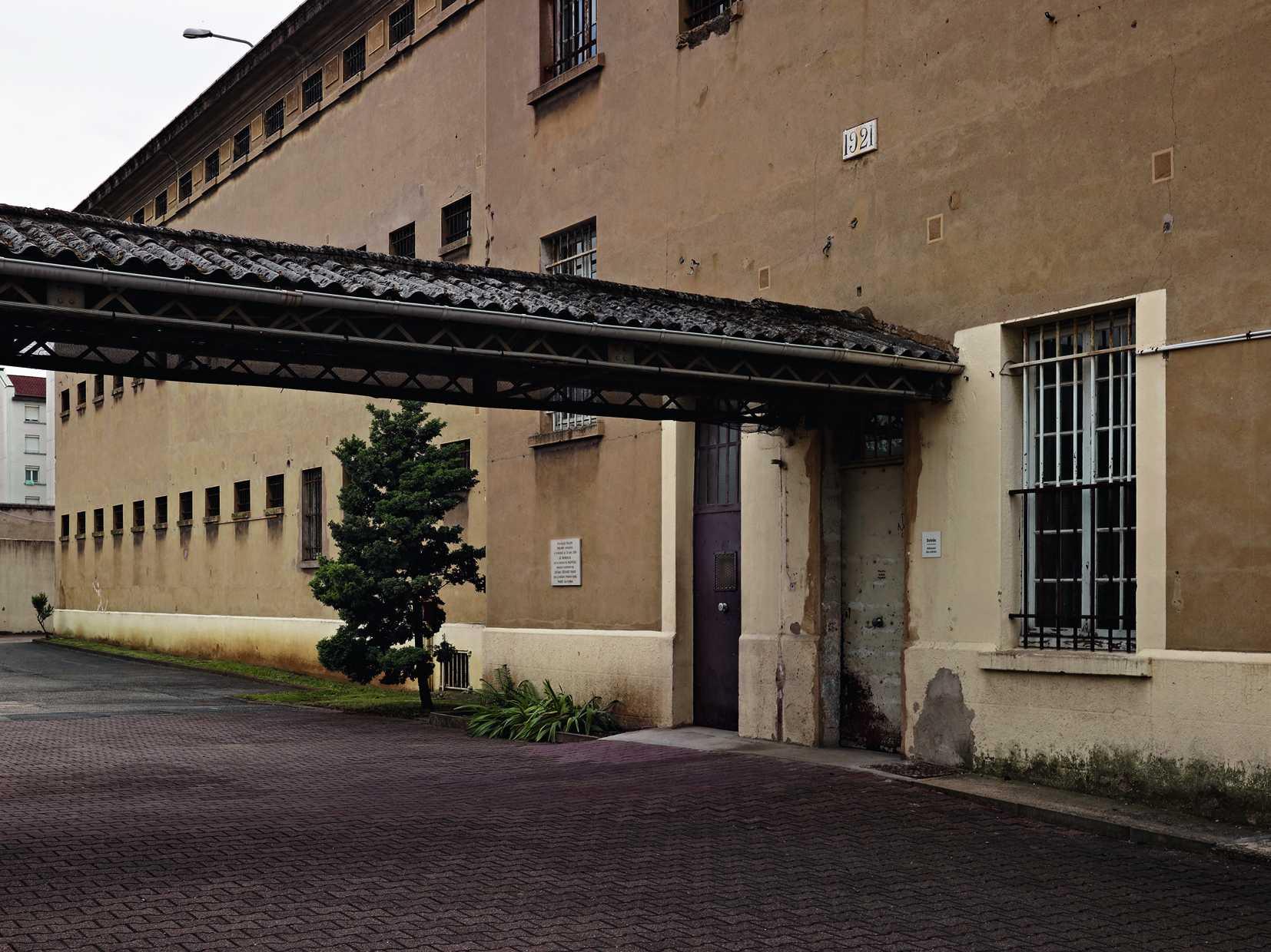 L'entrée du bâtiment cellulaire ® Frédéric Bellay