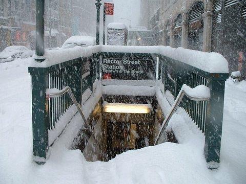 Bouche de métro à New York sous la neige