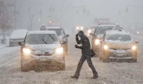 Piéton de vant taxi sous la neige